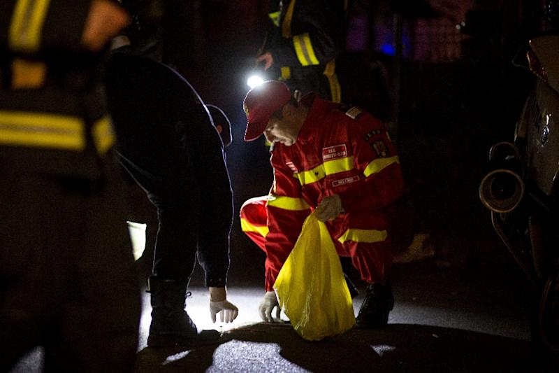 Emergency service and police forces collect evidence near a club in Bucharest October 31, 2015 (AFP Photo/Andrei Pungovschi)