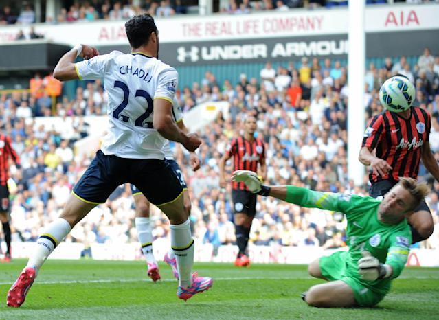 Tottenham Hotspur's Belgian midfielder Nacer Chadli (L) scores the opening goal past Queens Park Rangers' English goalkeeper Robert Green during the English Premier League football match in north London on August 24, 2014 (AFP Photo/Olly Greenwood)