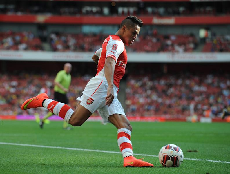 Arsenal's Alexis Sanchez crosses the ball during a pre-season friendly match against Benfica at The Emirates Stadium in north London on August 2, 2014 (AFP Photo/Olly Greenwood)