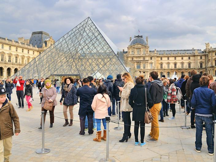 Tourists at the louvre