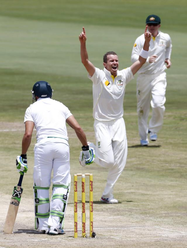 Australia's Peter Siddle celebrates as he takes the wicket of South Africa's Faf du Plessis (L) during the fourth day of their first cricket test match in Pretoria February 15, 2014. REUTERS/Mike Hutchings (SOUTH AFRICA - Tags: SPORT CRICKET)