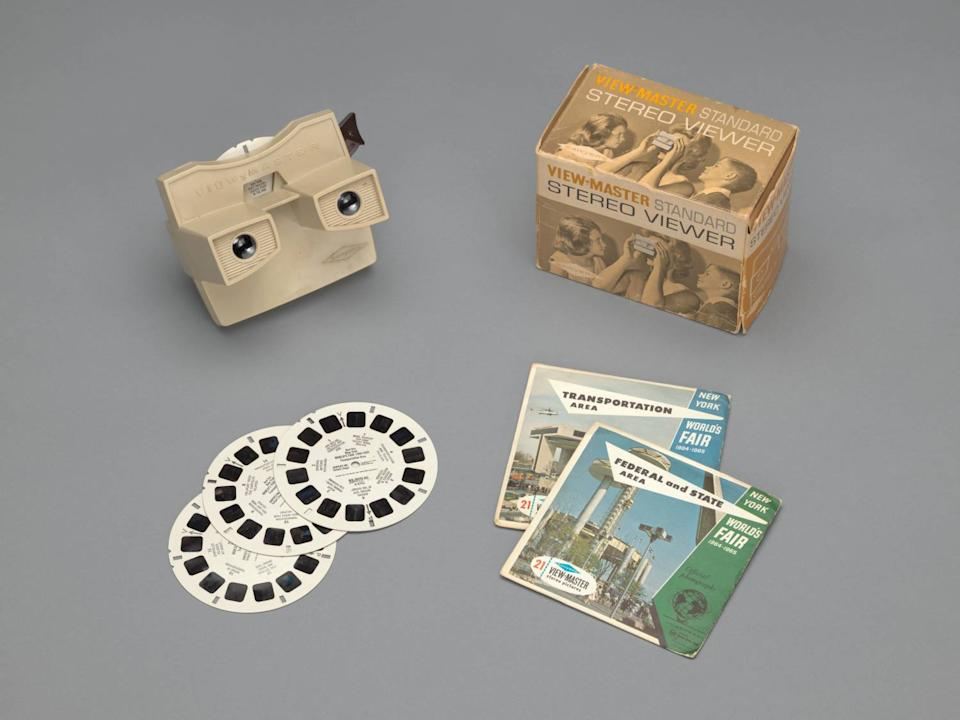 An overhead picture shows a plastic stereoscopic viewer along with its box and several slides