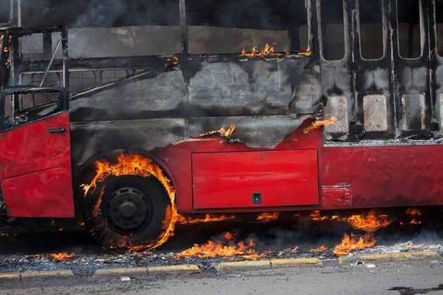 Autobus in fiamme (Photo: Donal Husni via Getty Images/EyeEm)