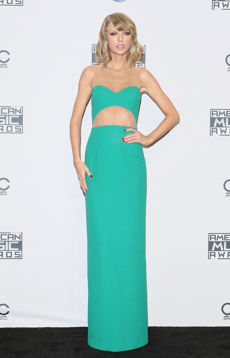 <p>Swap the skirt for a pair of pants and Taylor Swift's outfit for the 2014 American Music Awards looks exactly like Jasmine's.</p>