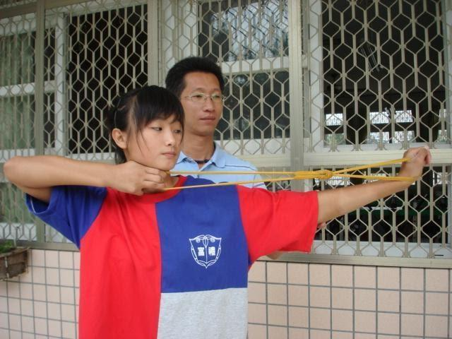 At the beginning of her archery training, under the guidance of Coach Ni Ta-Chih, Lin Shih-Chia used a rubber band to simulate pulling a bow. (Lin Shih-Chia)