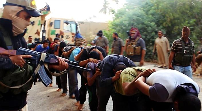 An image uploaded on June 14, 2014 on the jihadist website Welayat Salahuddin allegedly shows militants of the Islamic State of Iraq and the Levant (ISIL) capturing dozens of Iraqi security forces members in Salaheddin province (AFP Photo/)