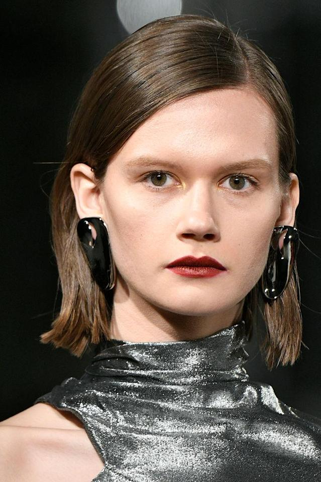<p>Organic shaped silver earrings at the Cushnie et Ochs FW18 show. (Photo: Getty Images) </p>