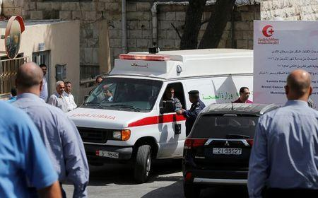 An ambulance transports the body of Jordanian writer Nahed Hattar to a medical facility after he was shot dead in Amman, Jordan, September 25, 2016. REUTERS/Muhammad Hamed