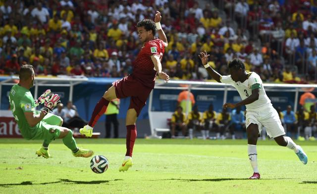 Portugal's goalkeeper Beto (L) stops a shot by Ghana's Asamoah Gyan (R) during the 2014 World Cup Group G soccer match at the Brasilia national stadium in Brasilia June 26, 2014. REUTERS/Dylan Martinez (BRAZIL - Tags: SOCCER SPORT WORLD CUP)