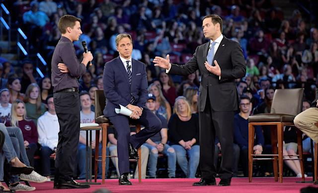 Marjory Stoneman Douglas student Cameron Kasky, left, confronts Sen. Marco Rubio at town hall meeting in Sunrise, Fla. (Photo: Michael Laughlin/Pool/Reuters)