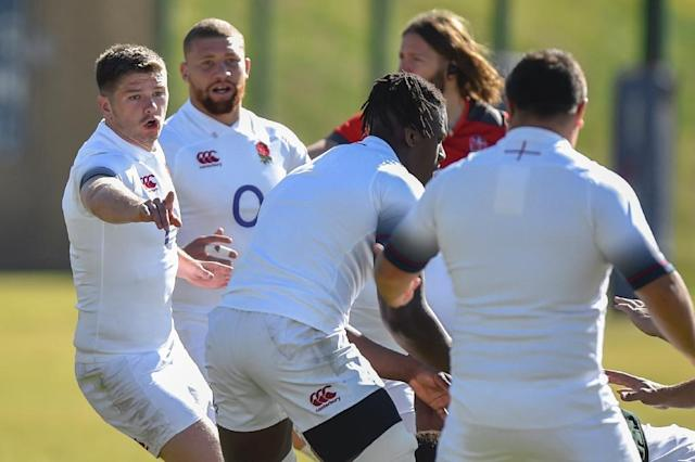 England's captain Owen Farrell (L) instructs teammates during a training session in Johannesburg, June 8, 2018 (AFP Photo/Christiaan Kotze)