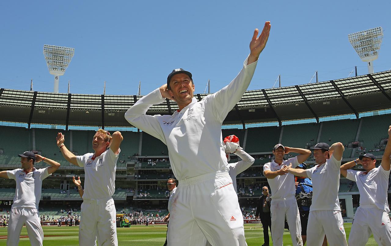 MELBOURNE, AUSTRALIA - DECEMBER 29: Graeme Swann leads the English cricket team in performing the sprinkler dance after winning the fourth test on day four of the Fourth Test match between Australia and England at Melbourne Cricket Ground on December 29, 2010 in Melbourne, Australia.  (Photo by Quinn Rooney/Getty Images)
