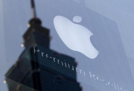 The Apple logo is seen against the reflection of Taiwan's landmark building Taipei 101, August 25, 2011.  REUTERS/Pichi Chuang