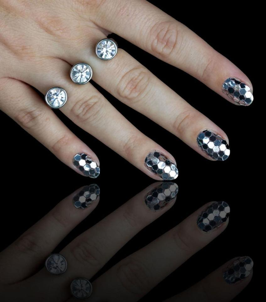 "<p>Disco nails inspired by New York City's ball drop.</p><p></p><p><a rel=""nofollow"" href=""https://www.instagram.com/p/9Peor7t77p/"">@chelseaqueen</a> </p>"