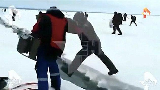 This man can be seen juggling with death and was laughing when he saw the ice floe crack. Photo: ren.tv