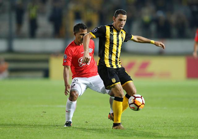 Soccer Football - Uruguay's Penarol v Paraguay's Libertad - Copa Libertadores - Campeon del Siglo Stadium, Montevideo, Uruguay - April 26, 2018 - Penarol's Maximiliano Rodriguez and Libertad's Sergio Aquino (L) in action. REUTERS/Andres Stapff