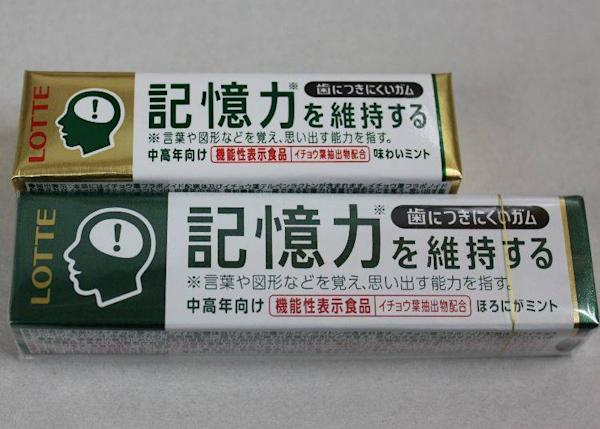 The top gum is in stick shape, the bottom is in pellet shape. Both taste like mint. (115 yen each)