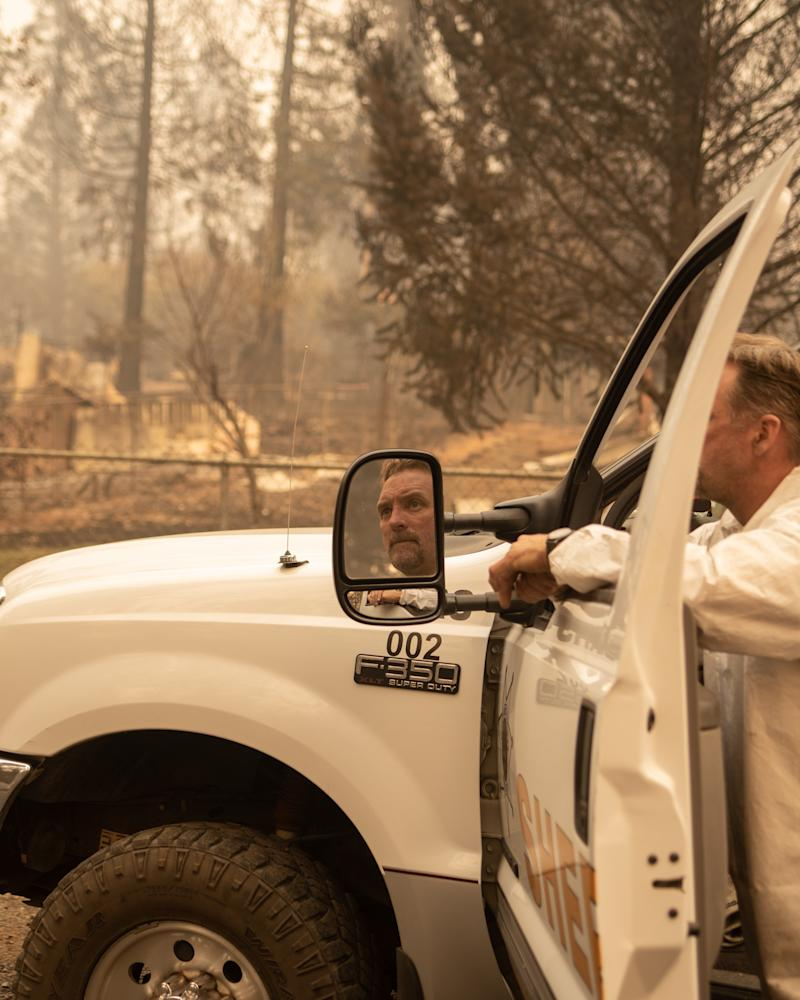 A member of the Tuolumne Sheriff Search & Rescue team looks down the street of a neighborhood in Paradise that was destroyed by the Camp fire. (Cayce Clifford for HuffPost)