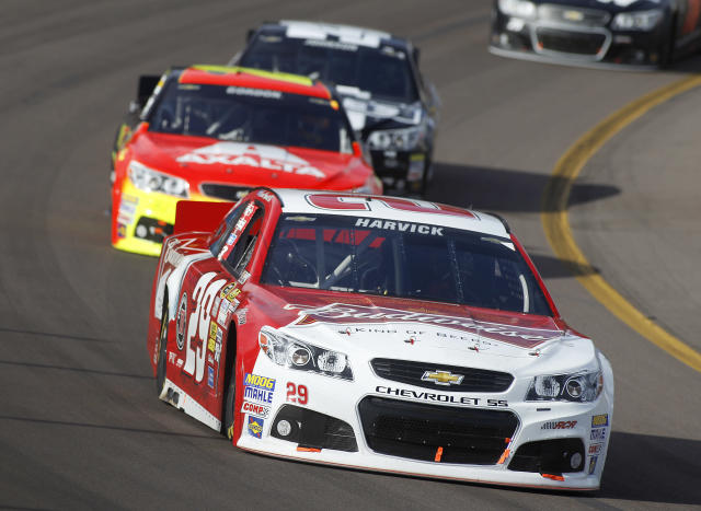 Driver Kevin Harvick (29) leads the field just ahead of Jeff Gordon (24) during the early stages of the AdvoCare 500 NASCAR Sprint Cup Series auto race at Phoenix International Raceway, Sunday, Nov. 10, 2013 in Avondale, Ariz. (AP Photo/Ralph Freso)