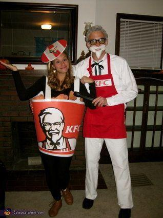 """Vía <a href=""""http://www.costume-works.com/costumes_for_couples/colonel-sanders-and-bucket-of-fried-chicken.html"""" target=""""_blank"""">Costume-Works.com</a>"""