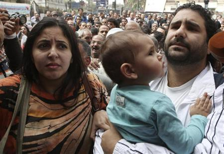 Alaa Abdel Fattah arrives with his wife and child to the public prosecutor's office in Cairo