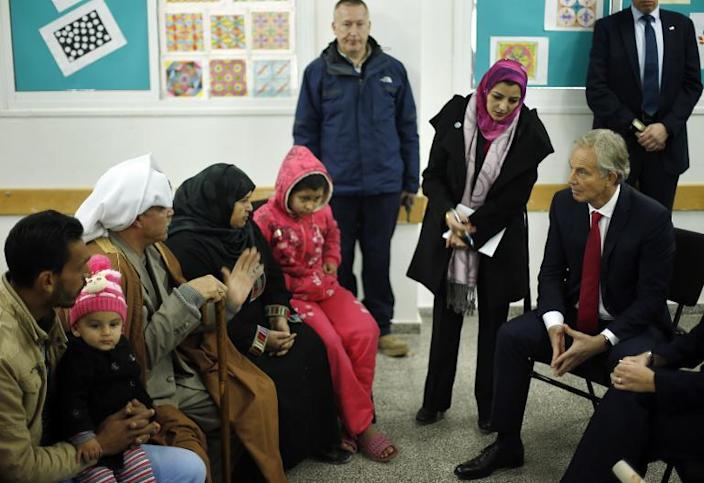 Middle East Quartet envoy Tony Blair (R) visits a UN-run school sheltering Palestinians, whose houses were destroyed by what they said was Israeli shelling last summer, in Gaza City on February 15, 2015 (AFP Photo/Suhaib Salem)