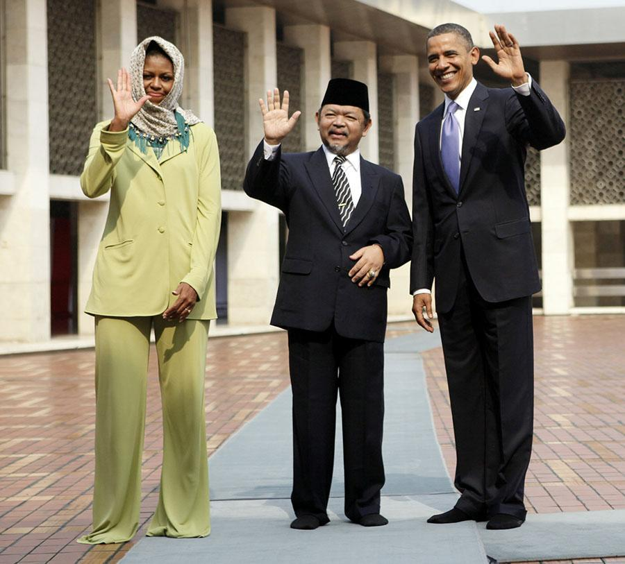 <p>On a previous trip — this one to the Istiqlal Mosque in Jakarta, Indonesia, in 2010 — former first lady Michelle Obama, seen here with former President Barack Obama and Grand Imam Ali Mustafa Yaqub, opted to cover up. (Photo: AP Images) </p>