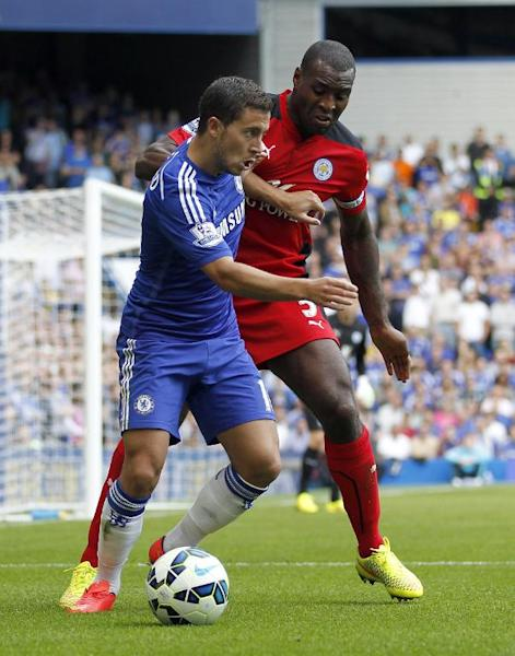 Chelsea's Belgian midfielder Eden Hazard (L) vies with Leicester City's English defender Wes Morgan during the English Premier League football match between Chelsea and Leicester City at Stamford Bridge in London on August 23, 2014 (AFP Photo/Ian Kington)