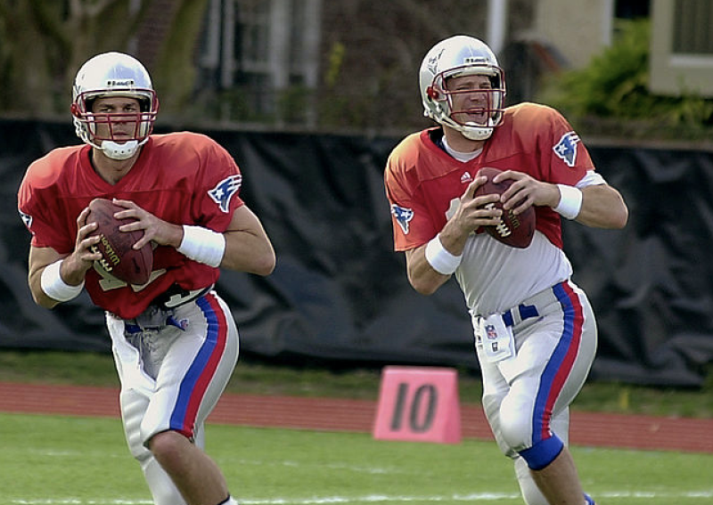 Patriots quarterback Drew Bledsoe (right) and friend in 2002. (Roberto Schmidt/AFP via Getty Images)