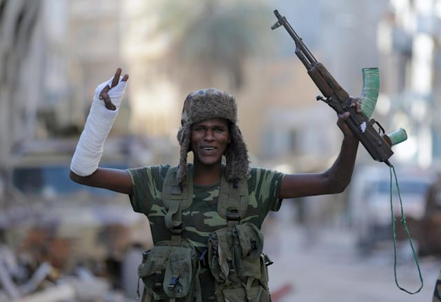 <p>A member of the Libyan National Army gestures as he holds his weapon during clashes with Islamist militants in Khreibish district in Benghazi, Libya, Nov. 9, 2017. (Photo: Esam Omran Al-Fetor/Reuters) </p>