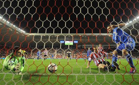 Chelsea's Frank Lampard (R) shoots to score against Sunderland during their English League Cup quarter-final soccer match at the Stadium of Light in Sunderland, December 17, 2013. REUTERS/Nigel Roddis