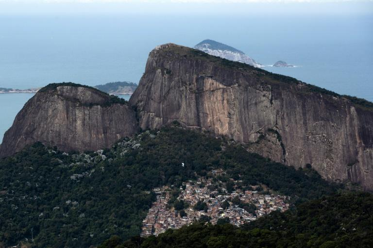 La favela Rocinha y el cerro Dois Irmaos vistos desde un punto del camino que aspira a convertirse en un sendero transbrasileño de 8.000 kilómetros, en Rio de Janeiro, el 21 de julio de 2019 The creation of a trans-Brazil hiking trail aims at raising wareness of the fragility of Brazil's Atlantic rainforest, devastated during centuries by loggers and farmers, and which is now under the pressure of Brazilian President Jair Bolsonaro's development projects