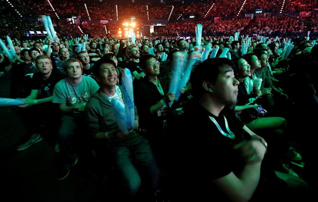 ESL One – Dota 2 Major – Fans watch during the grand final in Arena Birmingham, Birmingham, Britain – May 27, 2018 (Reuters/Ed Sykes)