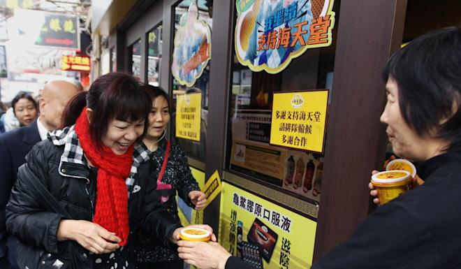 Hoi Tin Tong hands out pots of herbal jelly for free at a branch in Mong Kok in 2014. Photo: Edward Wong