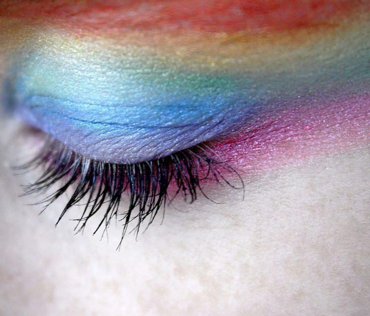 A beautiful example of the rainbow eyeshadow trend that swept 2016. (Photo: Getty Images)