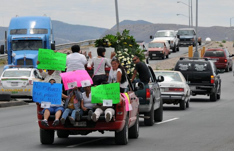Relatives of Cristopher Raymundo Marquez Mora during his funeral service in Chihuahua on May 17, 2015 (AFP Photo/Daniel Acosta)