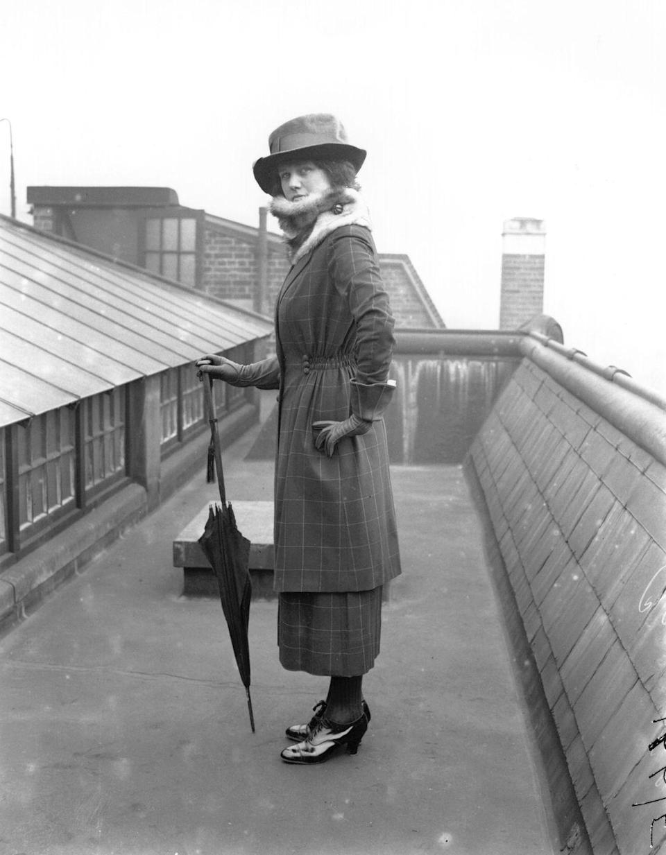 <p>The great-grandmother of the midi skirt makes its appearance in 1918, with the must-have accessory of the season: the pointy black umbrella. </p>