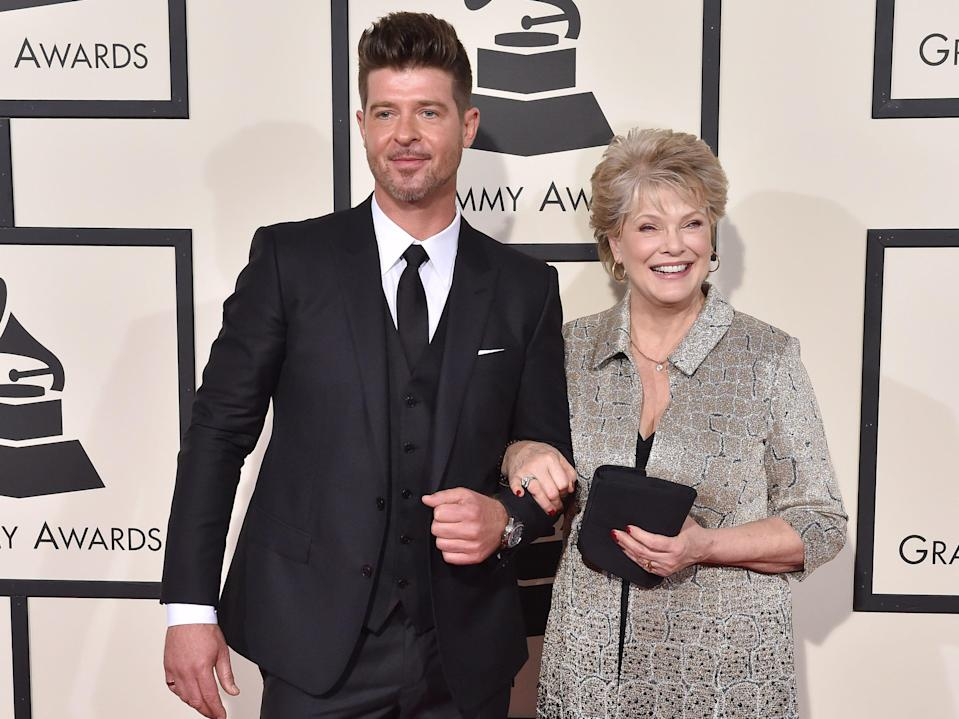 Robin Thicke and his mom, 2016 Grammys