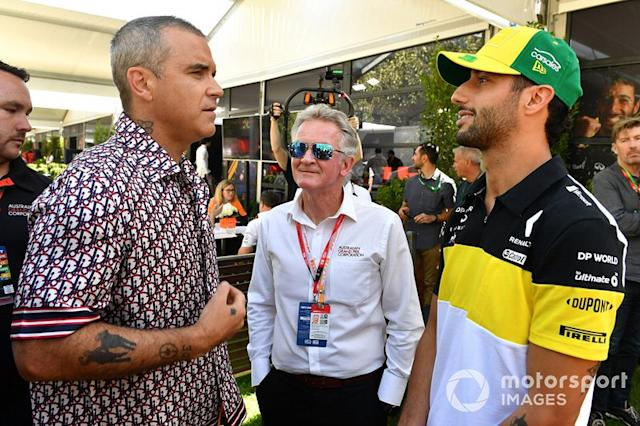 "Il cantante Robbie Williams con Daniel Ricciardo, Renault F1 Team <span class=""copyright"">Mark Sutton / Motorsport Images</span>"