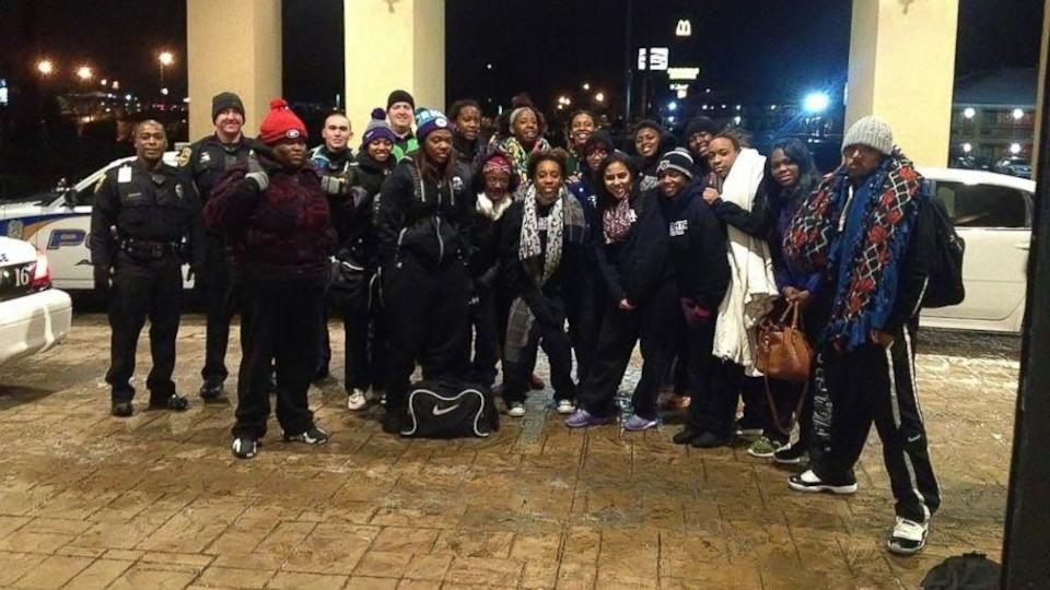 Icy Roads in Alabama Force College Basketball Team to Walk 2 Miles to Their Hotel (ABC News)