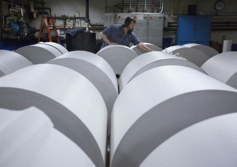 A US trade panel concluded that newsprint imports from Canada did not harm American industry, reversing a decision by the Commerce Department to impose tariffs