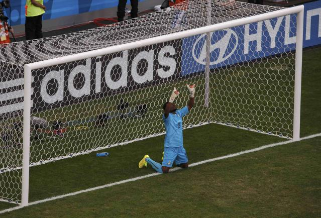 Ghana's goalkeeper Fatau Dauda prays before their 2014 World Cup Group G soccer match against Portugal at the Brasilia national stadium in Brasilia June 26, 2014. REUTERS/David Gray (BRAZIL - Tags: SOCCER SPORT WORLD CUP)