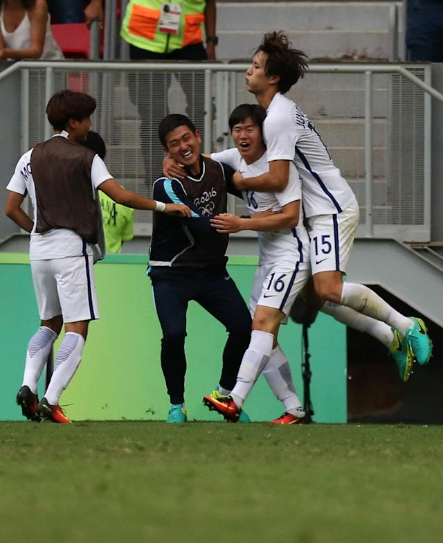 2016 Rio Olympics - Soccer - Preliminary - Men's First Round - Group C South Korea v Mexico - Mane Garrincha Stadium - Brasilia, Brazil - 10/08/2016. Changhoon Kwon (KOR) of South Korea celebrates his goal with team mates. REUTERS/Ueslei Marcelino FOR EDITORIAL USE ONLY. NOT FOR SALE FOR MARKETING OR ADVERTISING CAMPAIGNS.