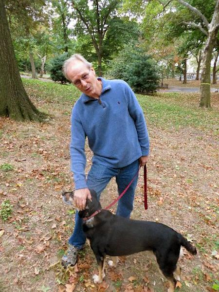 """CORRECTS TO PHYSICIST, NOT PHYSICIAN - This Oct. 10, 2013 photo shows actor William Hurt with his dog Lucy in Riverside Park in New York. Hurt portrays Dr. Richard Feynman, in """"The Challenger Explosion,"""" a film about the world-renown physicist and Nobel laureate whose sharp mind and dogged spirit led him to the design flaw that caused the space shuttle Challenger to explode in 1986. The film airs Saturday, Nov. 16, at 9 p.m. EST. (AP Photo/Frazier Moore)"""