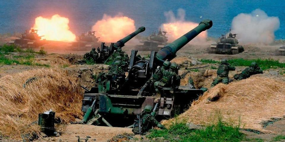 """US-made CM-11 tanks (in background) are fired in front of two 8-inch self-propelled artillery guns during the 35th """"Han Kuang"""" (Han Glory) military drill in southern Taiwan's Pingtung county on May 30, 2019"""