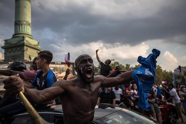 PIL03. Paris (France), 15/07/2018.- French supporters celebrate their team's victory after the FIFA World Cup 2018 final match between France and Croatia, on Place de la Bastille in Paris, France, 15 July 2018. (Croacia, Mundial de Fútbol, Francia) EFE/EPA/ROMAN PILIPEY