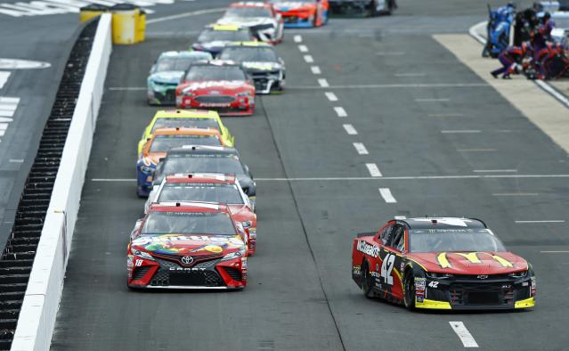 """<a class=""""link rapid-noclick-resp"""" href=""""/nascar/sprint/drivers/3156/"""" data-ylk=""""slk:Kyle Larson"""">Kyle Larson</a> (42) heads to his pit as the field comes down pit road during a NASCAR Cup Series auto race, Sunday, April 15, 2018, in Bristol, Tenn. (AP Photo/Wade Payne)"""