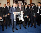 Reyes and Real Madrid are joined by then-president Ramon Calderon (L) to celebrate the 30th Primera Liga title at Ayuntamiento de Madrid on June 18, 2007 in Madrid, Spain (Photo by Angel Martinez/Real Madrid via Getty Images)