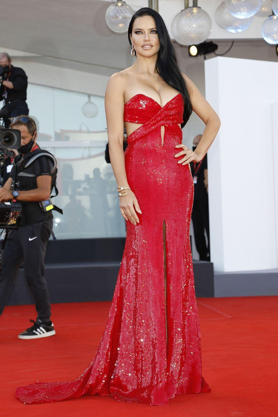 <p>Adriana Lima chose red Etro sequins for the premiere and Pomellato jewels. </p>