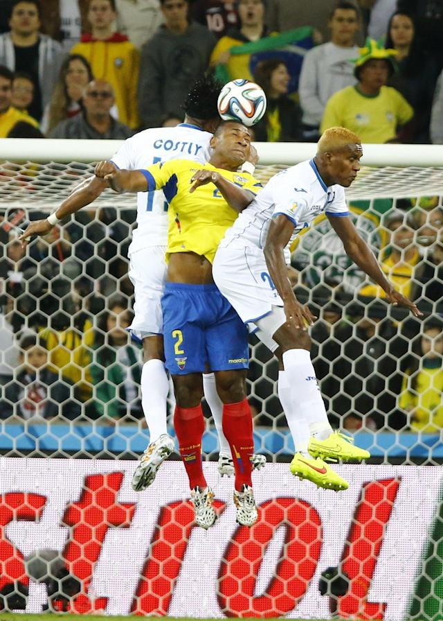 Ecuador's Jorge Guagua (C) fights for the ball with Brayan Beckeles (R) of Honduras and his teammate Carlo Costly during their 2014 World Cup Group E soccer match at the Baixada arena in Curitiba June 20, 2014. REUTERS/Stefano Rellandini (BRAZIL - Tags: SOCCER SPORT WORLD CUP)